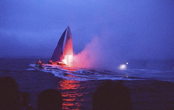 """Arrivée de Commodore Explorer devant le phare du Créac'h à 19h 18' 23"""" © Photo Christian Février"""