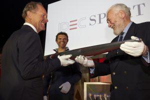Sir Robin Knox Johnston, Vice-président et ancien détenteur du Trophée Jules Verne, Remet le Trophée à Francis Joyon ©Jacques Vapillon