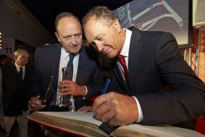 Francis Joyon signe le livre d'or du musée national de la Marine sous l'oeil de son directeur,Vincent Campredon ©Jacques Vapillon
